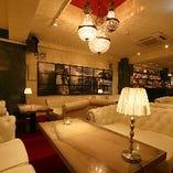 2階【ソファー席/2~16名様】重厚感のある白のソファーが気分を上げる、メインフロア