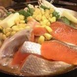 北海道の鍋といえば鮭がたっぷりと入った石狩鍋。1人前980円