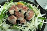 炭火七輪と特製ジンギスカン鍋で気分はもう一気に北海道!七輪ならではの優しい焼き加減でお肉がより一層引き立ちます。早く焼きたい気持ちはわかりますがお肉の乗せ過ぎ注意ですぞ!