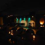 広々をお使い頂けるステージ、マイクや音響、ピアノもご用意