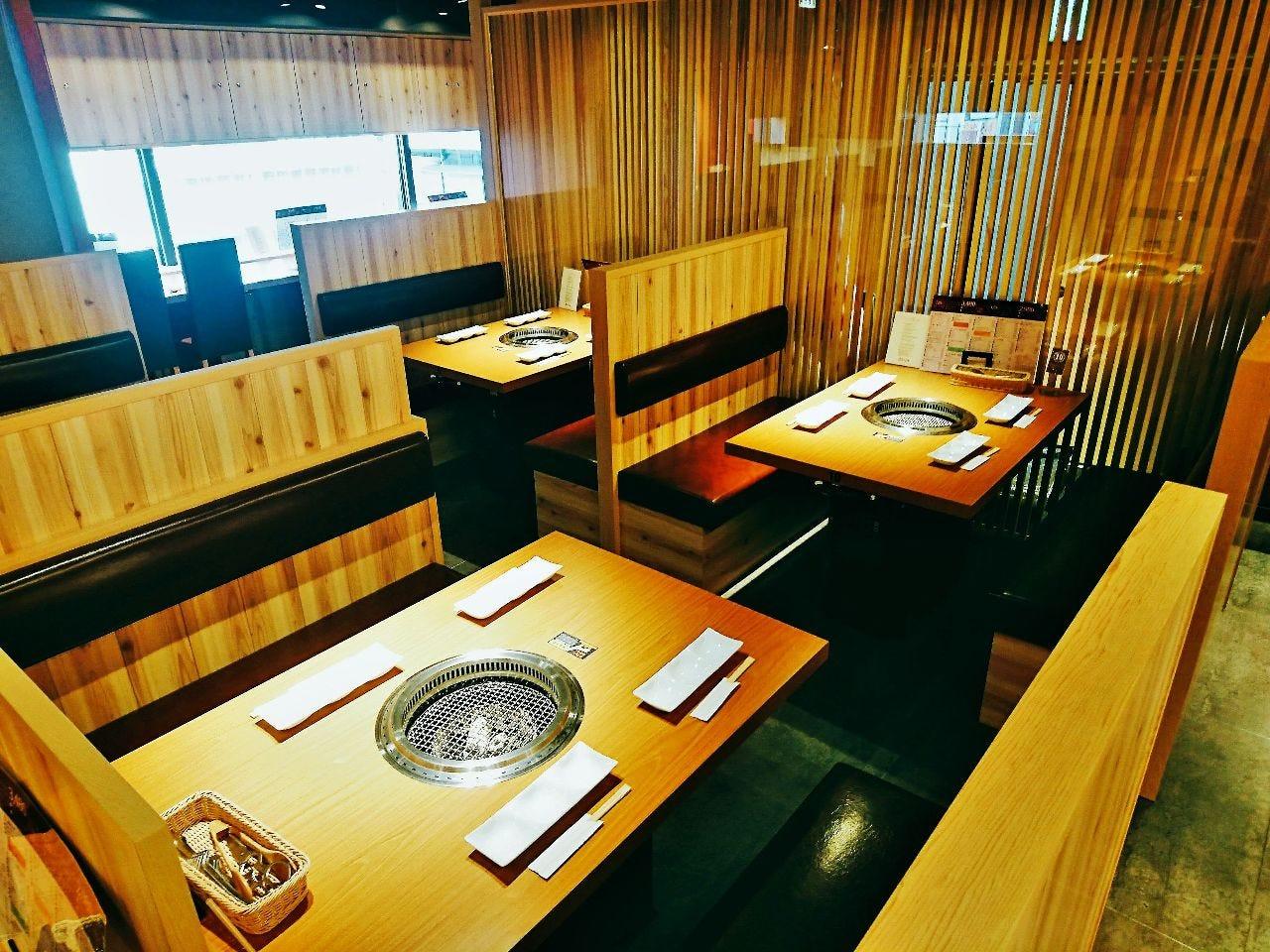 和モダンで落ち着いた店内。ご予約はお早めに。