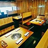 【団体宴会歓迎】~32名様テーブル席(奥のフロアで貸切感覚で利用可能) 少人数向けテーブル席もご用意!