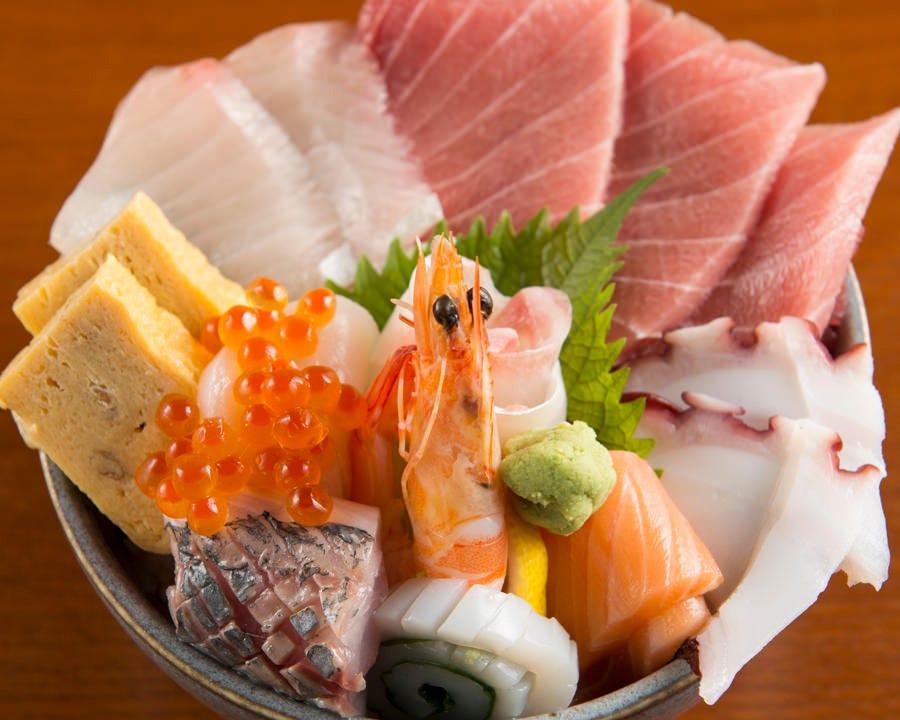 人気の海鮮丼お持ち帰りできます。