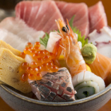 新鮮な魚介類がたっぷりの海鮮丼