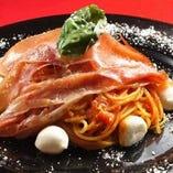 ハモンセラーノとモッツァレラチーズのトマトパスタ