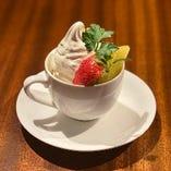 北海道ミルクソフトとフルーツのパフェ