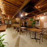 1940年代に建設された木造二階建てのアパートをリノベーションした空間です