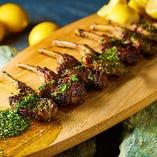 近年人気のラム肉は、香草でマリネして食べやすく。1本から注文可能です