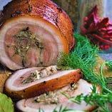 豚の甘い脂がジューシーで人気!豚バラ肉のポルケッタ