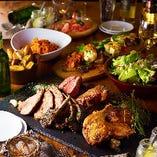 グランピングのお洒落空間で堪能する、豪快な肉料理と豊富な一品料理