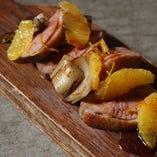 鴨とアンディーフのロースト 甘酸っぱいオレンジのソース