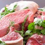 ◆お肉◆本日お客様に届けたい食材を厳選入荷! 例えば、和牛を入荷する時には一種類ではなく数種類のおすすめを必ず直接確認し、そのなかから厳選しています!また、豚肉は私自身が感動した味[秋田産 八幡台ポーク]を産地直送で仕入れています。臭みもなくやわらかく脂身まで美味しいので、本当におすすめなんです♪