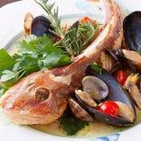 ◆スペシャリテをご紹介!! 【アクアパッツァ】その日の旬魚を丸ごと一匹。さらに貝類などをふんだんに使いました。味付けは水と白ワインのみ!旬の魚介の美味しさをダイレクトに堪能ください!