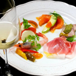 ◆前菜は毎日8種以上を必ずご用意!! イタリアンといえば…パスタやピザを想像する方が多いと思いますが、豊富な前菜も大きな魅力の一つなんです♪トラットリア レ・ポルテでは、その日の旬食材を使い毎日8種以上を必ずご用意♪単品でも盛り合わせでもご注文OK!彩り鮮やかな前菜が、楽しいお食事の始まりを演出します。