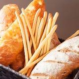 ◆レディースセット1,000円&3種の焼き立て自家製パンも女性に大人気♪ お仕事帰りはレディースセットで決まり!?乾杯スパークリングワイン+選べるワイン+本日の前菜盛り合わせで1,000円!おかげ様で大人気です♪ また、皆様に喜んでもらえるようご用意していますパンは全て自家製!ディナーは毎日3種を焼いています。