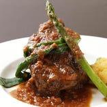 ◆スペシャリテをご紹介!! 【塊肉の煮込み】厳選肉を使った逸品。季節のソースで長時間煮込んだお肉はホロホロ♪とけるように旨みが広がります。