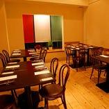◆フロア1◆ イタリア国旗を演出した大きな窓が印象的なフロアです。4名テーブルを4席ご用意!貸切でのご利用の場合はレイアウトも自由に変更できますので、お客様のご希望を気軽にスタッフまでお申し付けください。