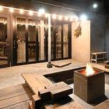 ウッドデッキのテラス席では焚火を囲んでデイキャンプ気分を満喫