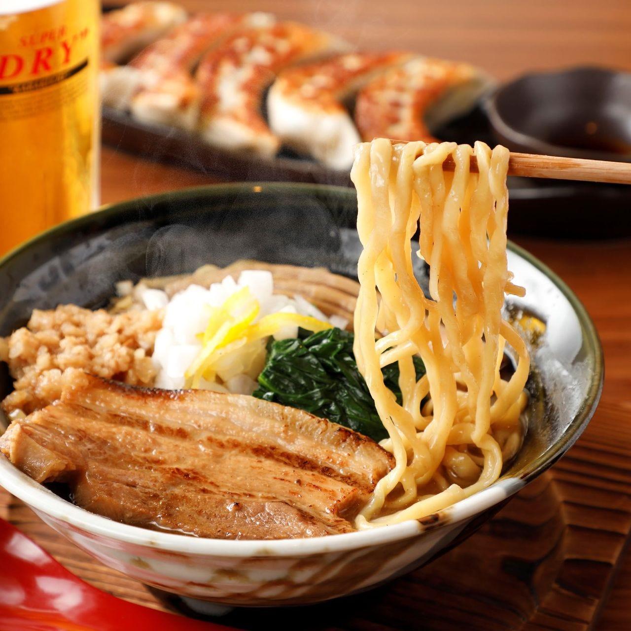 鰹節と煮干しの風味と柚子の 香りが絶品の背脂魚介ラーメン