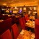 店内は紅く染まる優雅な空間。お席はすべてソーファなどゆったり