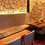 店内奥は4名様テーブルを2つご用意。飲み会や接待に最適。