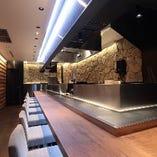 カジュアル大人空間の店内。石壁と木面の壁は自慢です。
