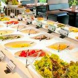 新鮮野菜のサラダバー、デザートバー