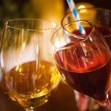 ワインを傾けながら楽しいひと時を