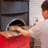 オーダーされてから専用のピッツァ窯で焼き上げます