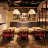 【テーブル席】女子会やお食事会にぴったりなテーブル席。片側ベンチシートでゆったり