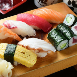この道20年以上の寿司職人が丁寧に握る旬魚の寿司を堪能ください