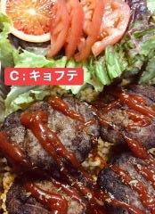 C:キョフテ(トルコ風ハンバーグ・サラダ)