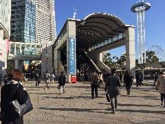 桜木町駅より東口にでると、左手に動く歩道入り口があります。 エスカレーターを使い動く歩道へと進みます。