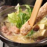 じっくり煮込み柔らかくなった鶏肉と特製スープが自慢の水炊き。