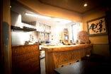 夜限定、料理人が目の前で料理を仕上げる完全予約制の席。