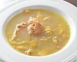 旬の野菜を盛り込んだ薬膳の煮込みスープは優しい味わい。