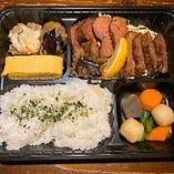 厚切りの牛タンがドーンとのった豪華なお弁当が850円!
