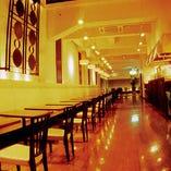 【2〜4名様:テーブル席】オープンキッチンのレストランホールは高天井で開放的