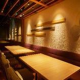 ソファとウッドチェアの半個室。お仕事帰りの部署飲み会にいかがでしょうか。