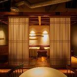 宴会や飲み会向けの和モダンな半個室。テーブルが2卓ございますのでご利用人数やシーンに合わせて柔軟な対応が可能です。