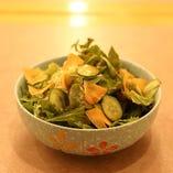 旬の野菜を使ったサラダ。