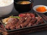 牛タンの歯ごたえのある食感とハラミの柔らかさで2つの食感を