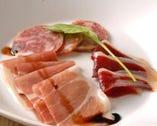 パルマ産プロシュート、イベリコサラミと鴨の生ハムの盛り合わせ