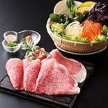 甘く芳醇な香りをまとった宮崎牛の霜降り肉を薄切りにし、宮崎野菜をたっぷり添えて 香り高いだしでお召し上がりいただくしゃぶしゃぶ。