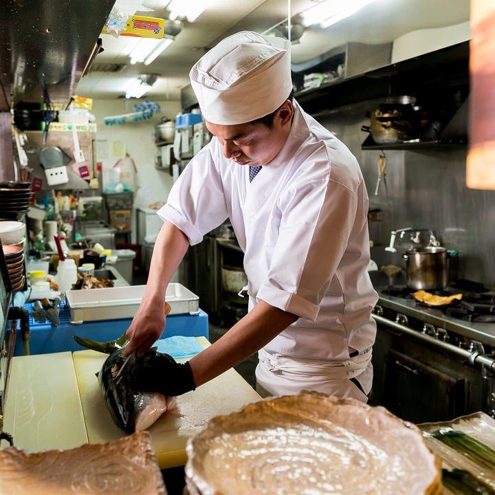 魚は鮮度が命!職人が熟練の技をもって海の幸を手際よく捌きます