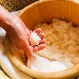 底に湯たんぽが入ったコモを使用する昔ながらの保温法