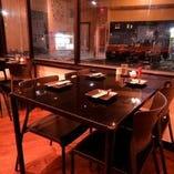 黒のスタイリッシュなテーブル席