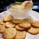 女子会コースで人気♪『クリームチーズとハチミツのディップ』