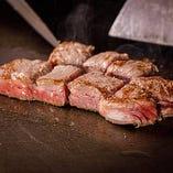 黒毛和牛ステーキは、レアに焼き上げ、脂身と赤身の旨味を凝縮