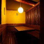 6名様用の半個室を完備。店内貸切は20〜最大28名様まで可能です